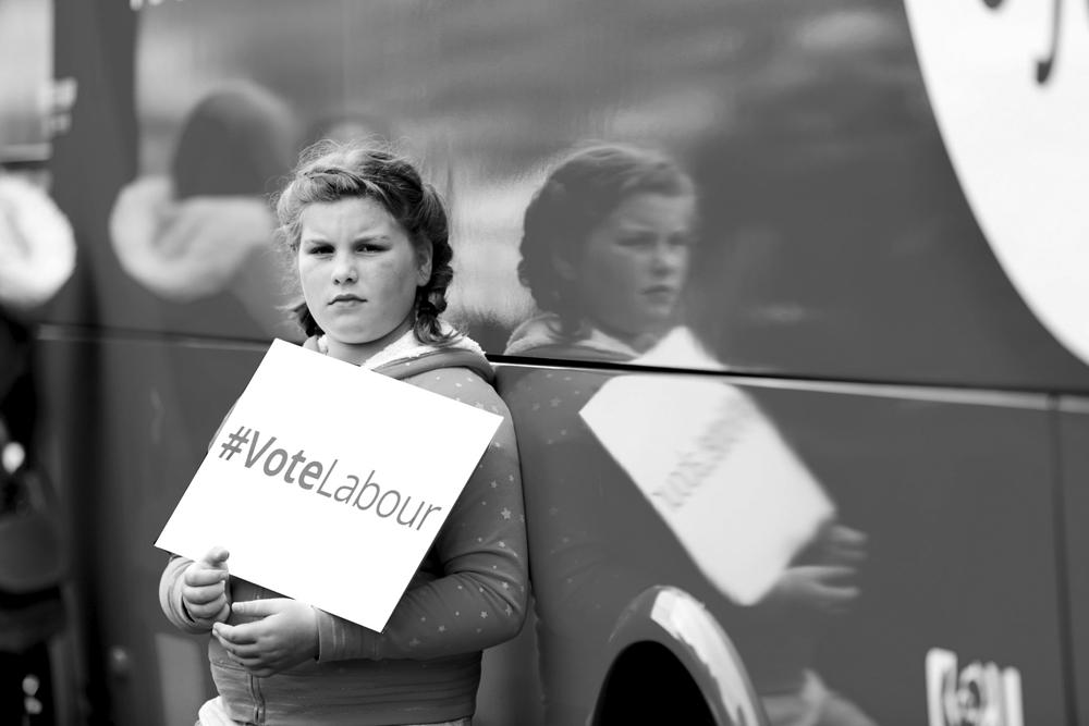 Mädchen mit VoteLabour-Schild
