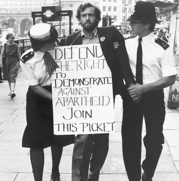 Polizei führt Jeremy Corbyn von Anti-Apartheids-Protest ab