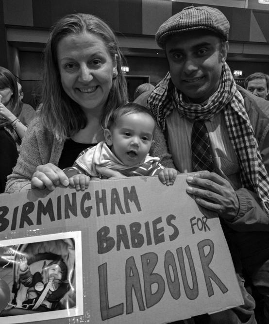"""Eltern mit Baby und Schild """"Birmingham Babies for Labour"""""""